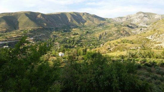 La Almunia del Valle: Vista desde la zona de la piscina y habitaciones.