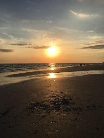 Sunset Vistas Beachfront Suites: Most stunning sunsets💜