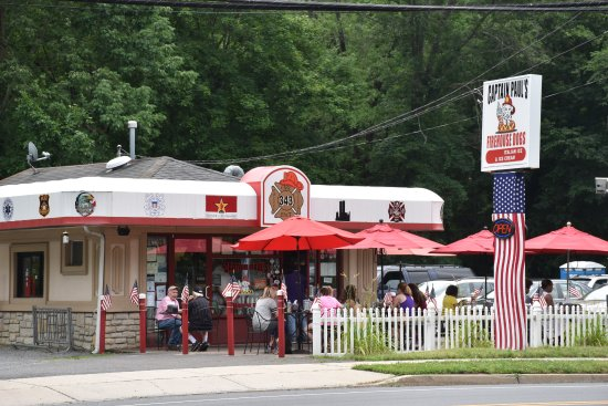 Captain Paul's Firehouse dogs : Outdoor Seating