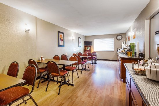 Quality Inn and Suites: Breakfast Bar