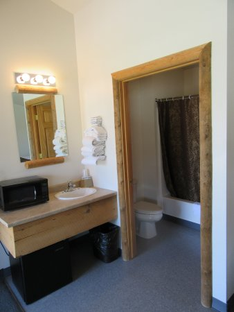 Big Bear Motel: Vanity and bathroom