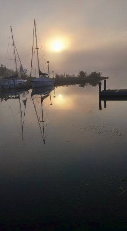 Baraga Lakeside Inn: Right next door is a small marina. I took this pic early morning.