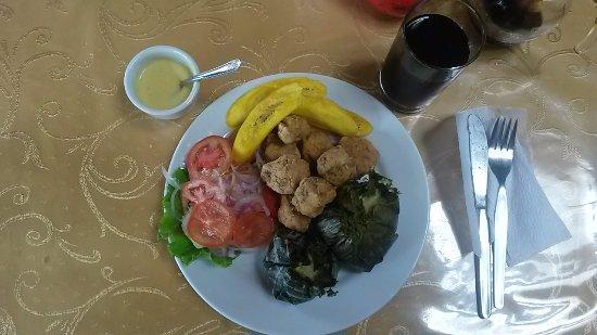 La Mishquina: Chicharrón de paiche con mini juanes y maduro frito.