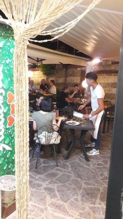 Vecchia Osteria Pizzeria Bella Napoli: Al servizio dei nostri clienti con una bella fiorentina