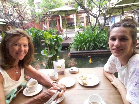 Rambuttri Village Inn & Plaza: Desayuno en el patio