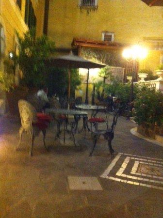 Villa San Lorenzo Maria Hotel: Terraza a la entrada del hotel.