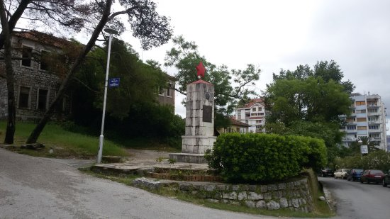 Spomenik i spomen ploča - Palim borcima NOR-a i žrtvama fašističkog terota