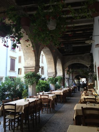 Colors of Italy - Guided Tours : A restaurant in the shade