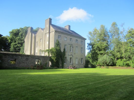 Mountrath, Irlanda: Side of house and gardens.
