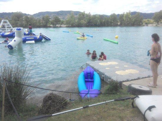 Oraison, فرنسا: lac attractif ,jeux pour enfants , pétanque pour les grands , snack pour tous et baignade ou sie
