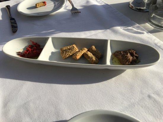 Loutraki, Yunani: Chicken, Xoriatiki salad, and appetizer