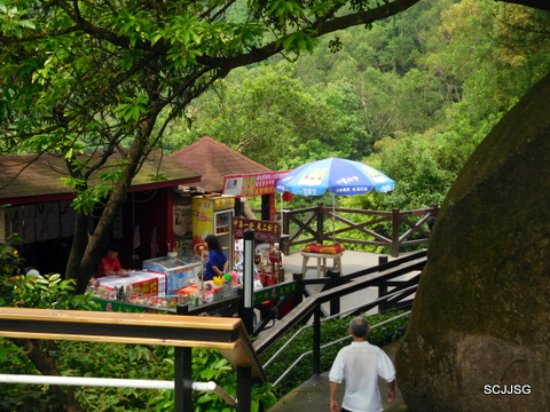 Mt. Shijing Park: Souvenir and food vendors