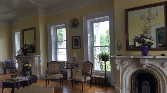 Marble Mansion Inn: Double Parlor with twin fireplaces