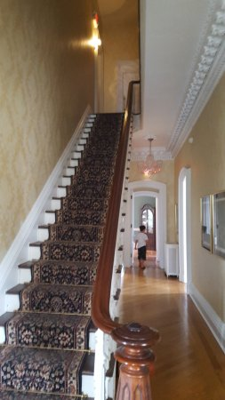 Marble Mansion Inn: Staircase to 2nd floor