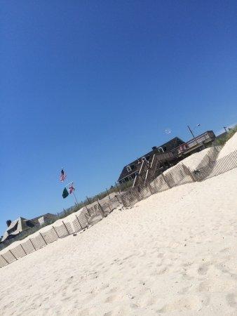 The Bentley Inn: Beach one block from the Inn