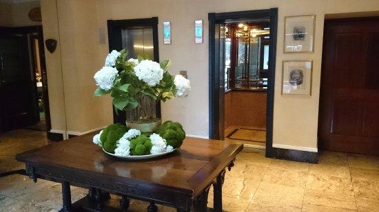 O'Callaghan Davenport Hotel: Lobby and elevators