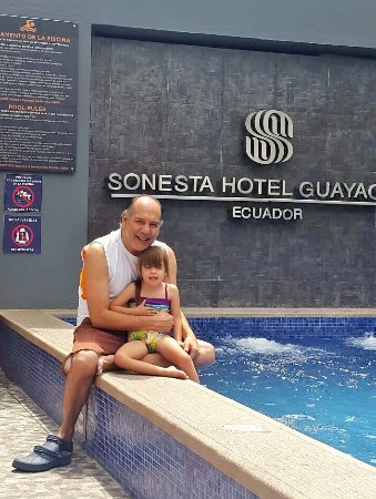 Sonesta Hotel Guayaquil : Disfrutando del sol en la piscina, apropiada para niños, pero siempre bajo la vigilancia de un a