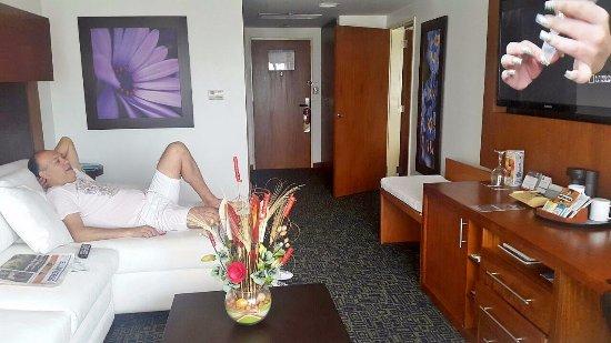 Sonesta Hotel Guayaquil: Sala de estar en la Suite, muy confortable, cómoda y con todas las facilidades, wifi, mini bar,