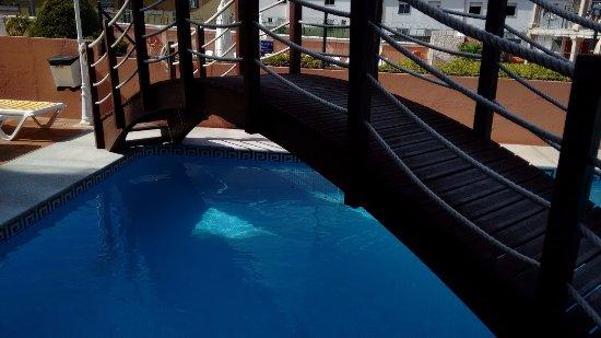 Apartamentos Velero: Puente por encima de la piscina