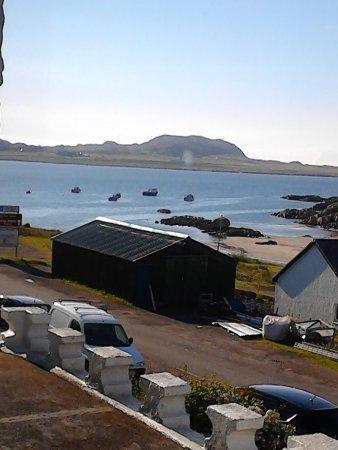 "Staffa House: Blick aus dem Fenster ""Lunga"" auf Iona. Über 2. Boot links => Abtei"