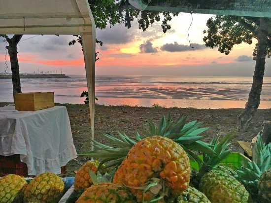 Farmers Fair (Ferias del Agricultor): Sunset and Pineapples at the Quepos Farmer's Market