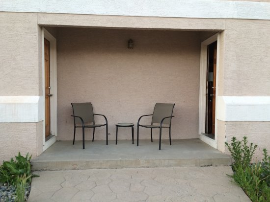 Silver King Inn & Suites: Outside seating at some rooms.