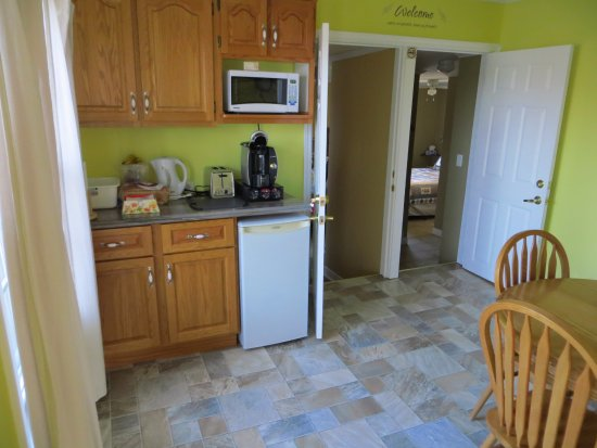 The Poplar B&B: Kitchen/breakfast area and the entrance to the two rooms.
