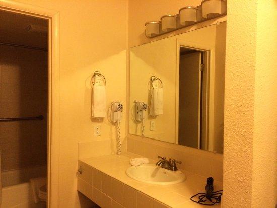 Silver King Inn & Suites: Vanity area outside tub/toilet room.