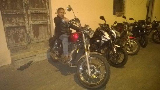 Latacunga, Ecuador: En los exteriores de Bizarro Cafe Rock una noche con los Raiders Motorcycle Club
