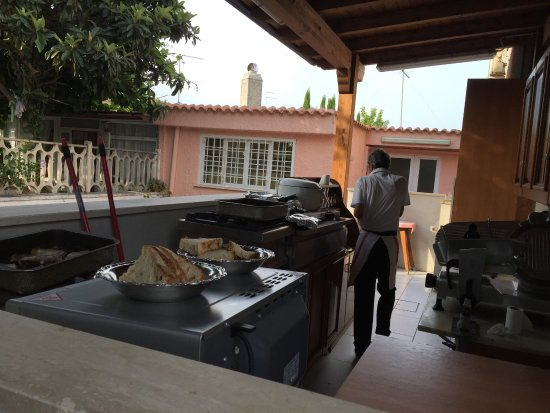 Luana Inn Bed and Breakfast: outdoor kitchen with chef Magdi in the background