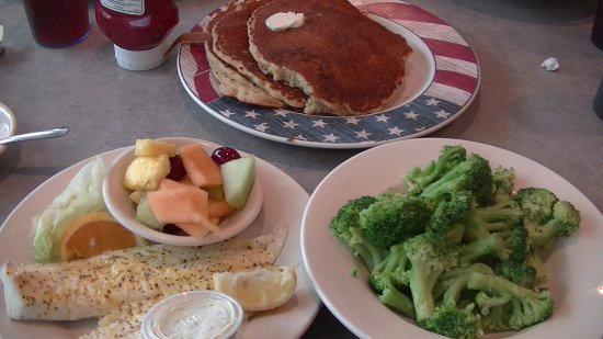 Mount Morris, Nova York: Lemon pepper broiled fish with fruit and broccoli (with an additional plate of pancakes at the t