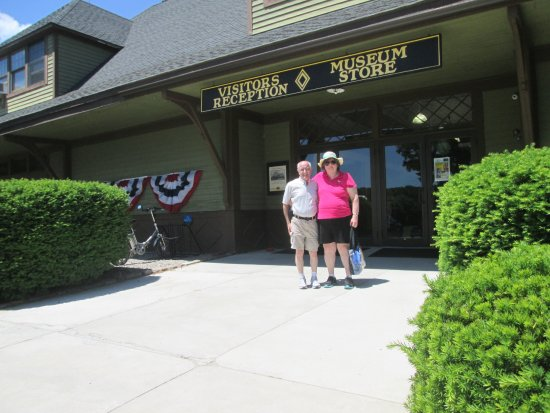 Kennebunkport, Μέιν: Louis and I in front of the museum store.