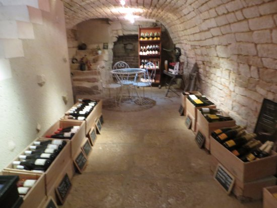 Chablis, Frankrike: Downstairs- we sat at the little table.