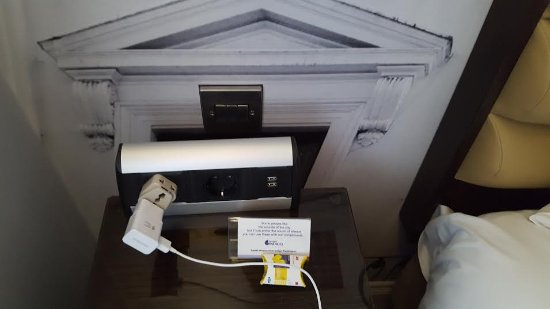 Hotel Indigo London-Paddington: Electric Plugs next to bed (along with provided earplugss)