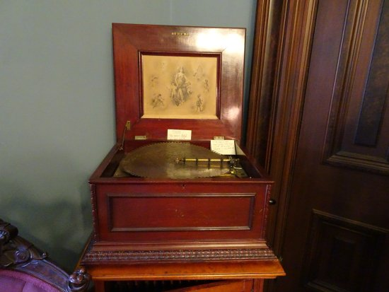 Independence, MO: record player in music room