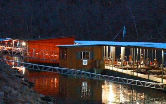 Lilleys' Landing Resort & Marina: Lights come on the dock at night automatically.