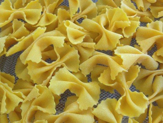 Ozzano dell'Emilia, Itália: Pasta fresca, tirata al mattarello, fatta a mano. Spaghetti alla chitarra, tortellini, farfalle