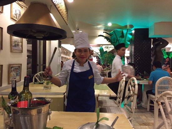 The Singing Cooks & Waiters: ずーっと私たちのテーブルについて、サービスしてくれたウエイトレスさんです。