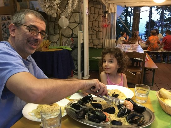 Villa Opicina, Italien: La piazzola vista mare e il ristorante