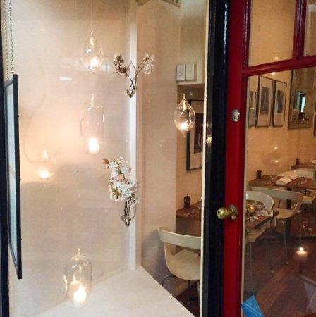 Blackheath, Austrália: Ashcrofts Bistro floral candle window installation