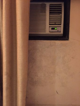 Hotel Vinamra Residency: Stinky moisture in the room