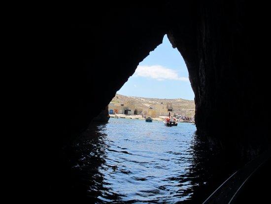 Visite des grottes en barque près de la fenêtre d'Azur