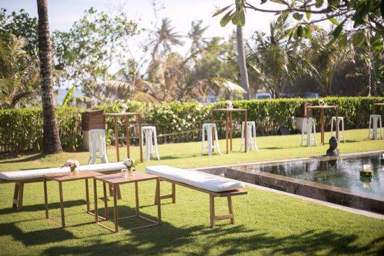 Shalimar Villas : Cocktail set up beside and behind pool of Makanda (closer to Kalima)