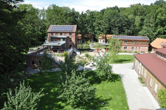 Die Woltersburger Muhle: Das Gelände der Woltersburger Mühle mit Café und Terrasse (links)