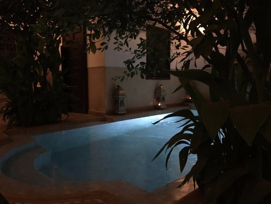 Riad Assakina: Pool at night