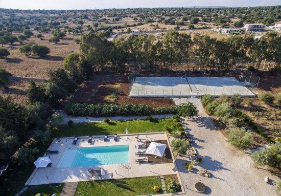 Casa Galo: zona nord della masseria: piscina, campo tennis e ares giochi