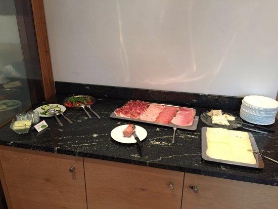 Pension Astoria : Fleisch und Käse am Frühstücksbuffet