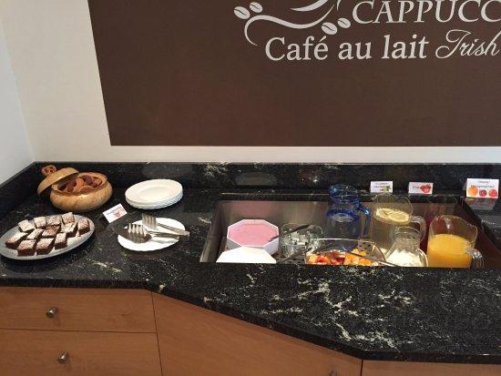 Pension Astoria : Kuchen, Früchte und Säfte am Frühstücksbuffet