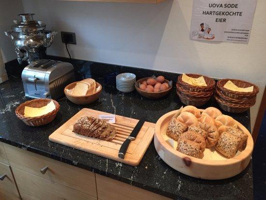 Pension Astoria : Diverse Brotsorten und Eier am Frühstücksbuffet