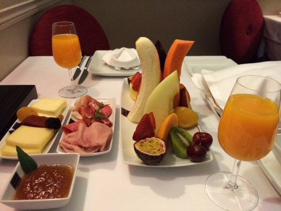 Guest House Douro: Breakfast of perfectly ripened fruits, fresh juices, cheeses and meats
